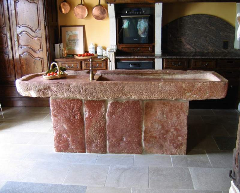 Cuisine pierre de taille rose de Préty avec vasque rustique