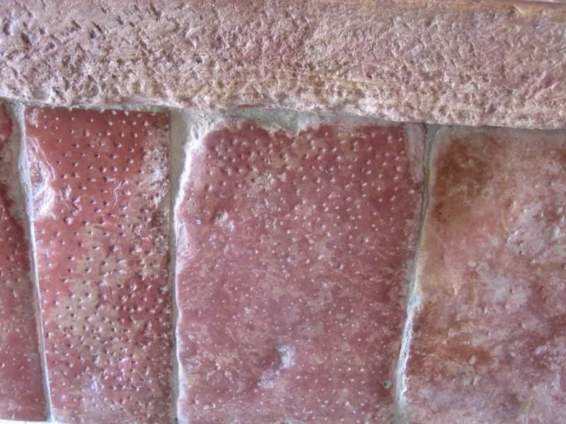 Vasque en pierre rose de Préty, détail