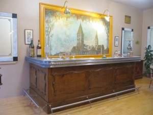 La restauration a redonné au bar ses lettres de noblesse - notez la peinture de Tournus en arrière-plan