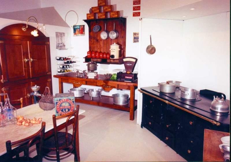 Reconstitution d'une cuisine (office) de grande maison bourguignonne.