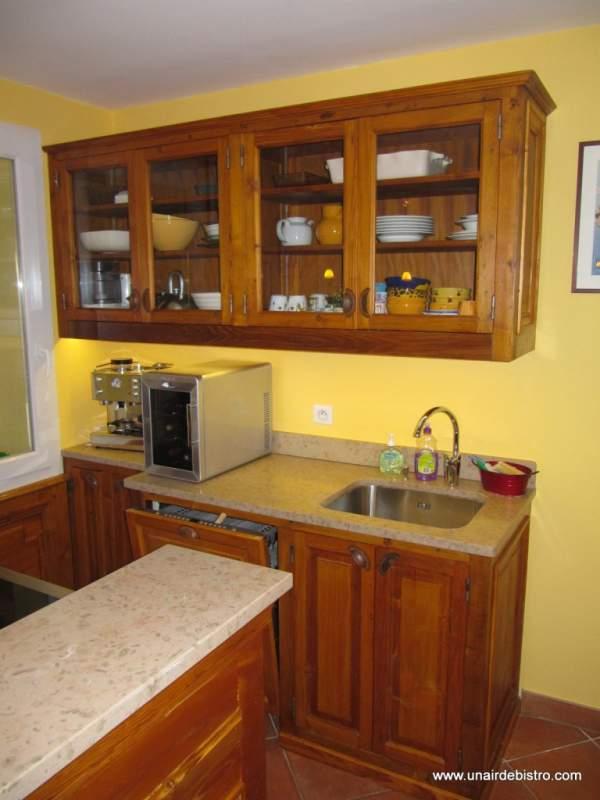 Espace évier, lave-vaisselle et rangement en partie haute.