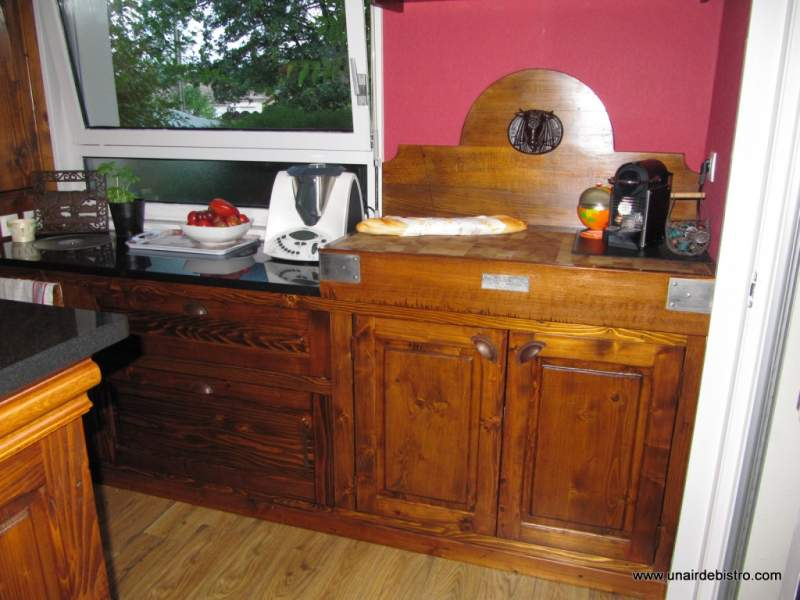 Meuble de fond de cuisine, avec un billot ancien restauré.